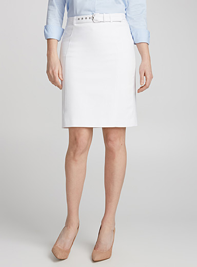 Accent buckle belted skirt
