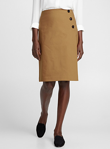 Structured three-button skirt